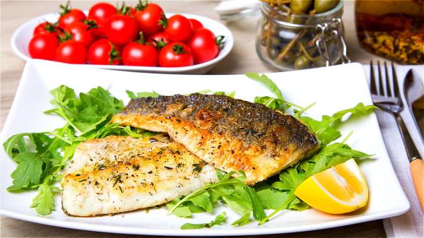 應該使用溫水洗魚,千萬不要用過燙或過冷的水來洗,否則會越洗越腥。