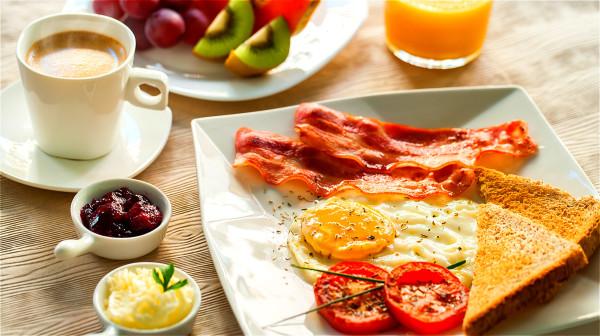 早餐要吃好,午餐要吃飽,晚餐要吃少。