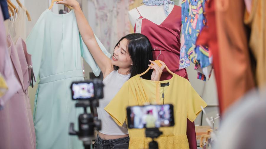 一直播平台主播在介绍时尚衣服。