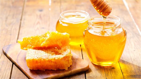 食用蜂蜜能迅速補充體力,消除疲勞,增強對疾病的抵抗力。