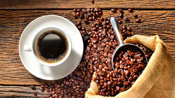 建議睡前7小時避免攝取含咖啡因食物。