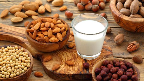 鎂含量高的食物有香蕉、各式堅果等;鈣含量高的食物有乳製品、小魚乾等。