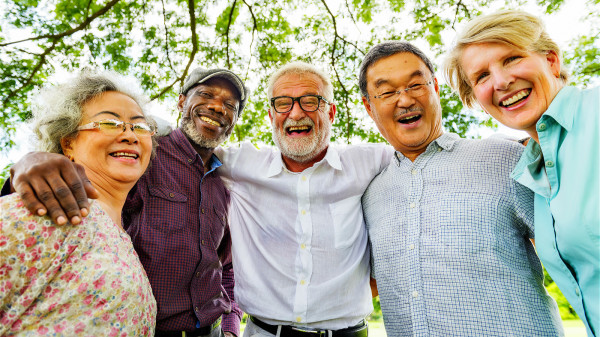 老年人應該多開口說話,通過與人溝通交流的方式能夠釋放壓力。