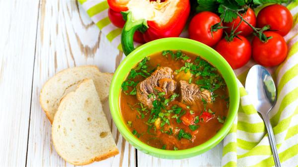 用羊肉來燉湯或燉煮進食,通常可以提升陽氣,補充人體所需營養。