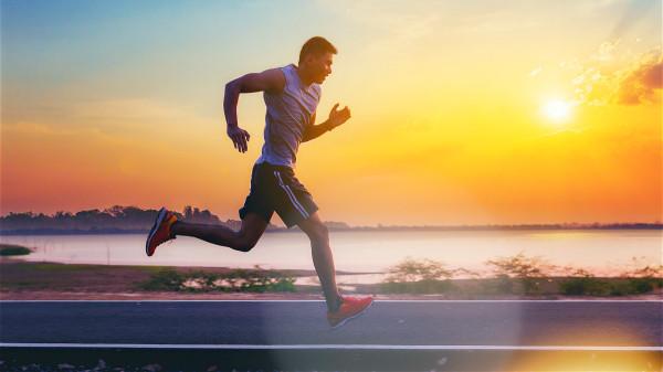 跑步,節制飲食,進行全身減肥以後,脖子處的脂肪也會有所減少。