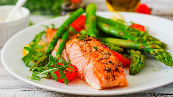 適量吃些深海魚,如沙丁魚、鮭魚等,可以保護血管。