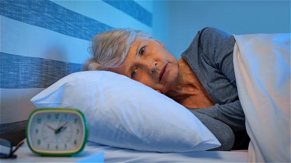 如果感覺心臟有明顯的壓力或難以入睡的情況,應考慮與心血管疾病有關。
