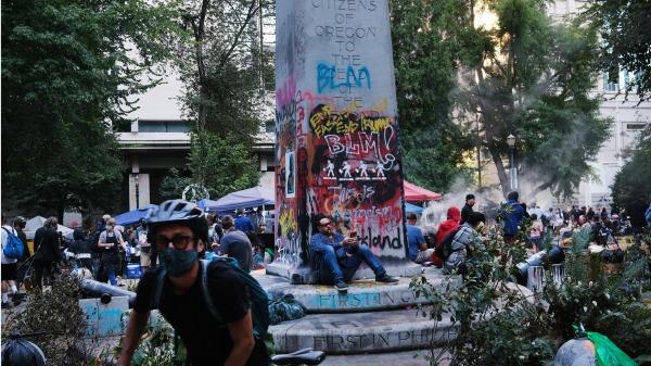 黑命贵组织在波特兰市骚扰人群破坏建筑