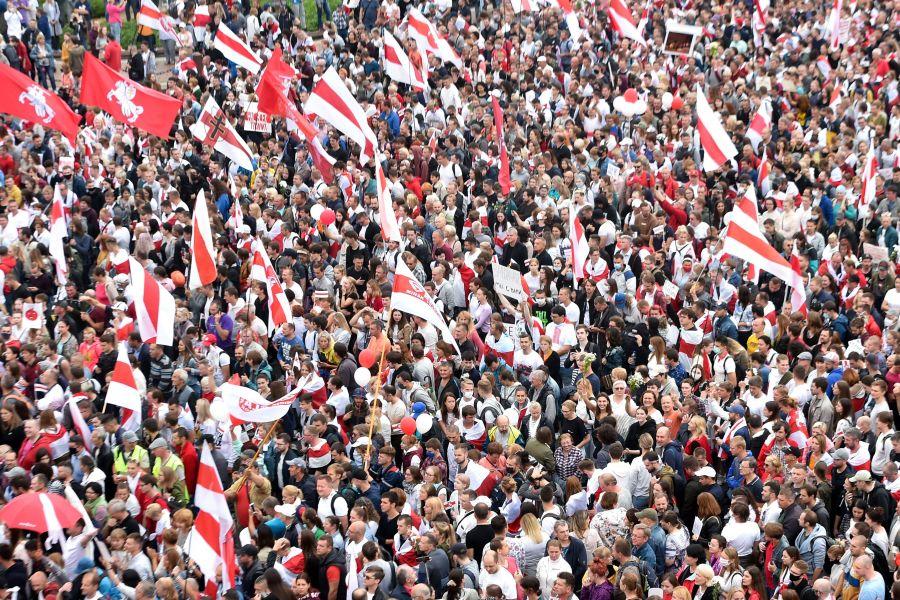 2020年8月23日,反对卢卡申科的人们在首都明斯克举行集会,抗议总统选举结果不公正。