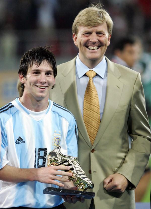 2005年7月2日在荷蘭烏得勒支舉行的FIFA世界青年錦標賽對尼日利亞的最後一場足球比賽之後,阿根廷的梅西(L)與荷蘭王子威廉·亞歷山大在一起。