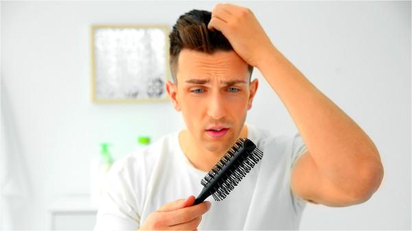腎臟功能下降時,容易出現頭髮毛躁、乾枯、變白的狀態,甚至出現嚴重的脫髮。