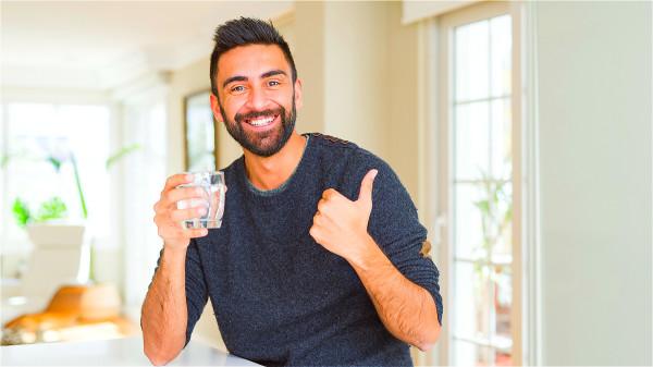 每天清晨起床後喝一大杯溫水,是一個清潔腸道最簡單有效的方法。