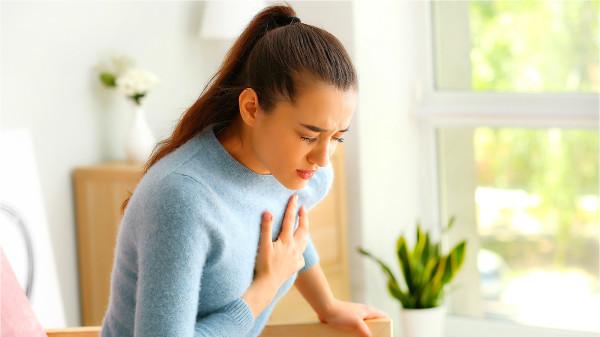 冠心病患者無法及時提供血液,心臟會有疼痛感,大量出汗。