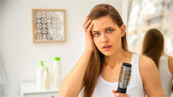 過高的血糖,身體組織細胞得不到充足營養和氧氣,會導致脫髮的發生。