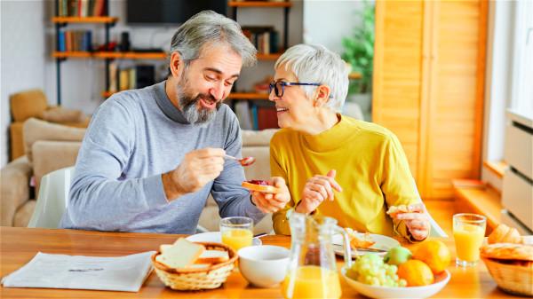 多咀嚼一下食物會更容易消化,對老年人健康有幫助。
