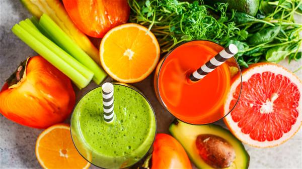 平時應多吃含鹼性物質的新鮮蔬菜和水果。
