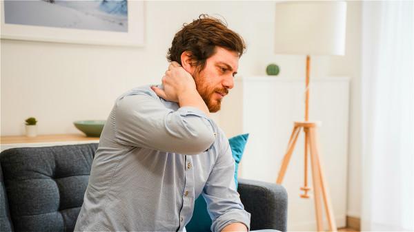 經常覺得頭悶悶的,脖子偶爾會感到僵硬,有可能是腦梗的表現。
