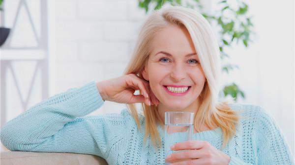 飲水不足導致血液黏稠,不利身體排泄結晶體,垃圾廢物,腎臟功能下降。