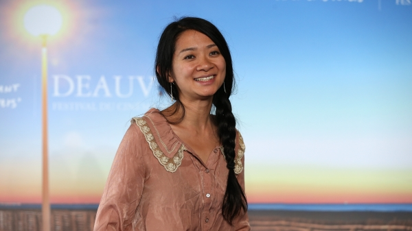 """中国导演赵婷凭借着《Nomadland》夺下了威尼斯影展最高荣誉""""金狮奖"""",成为威尼斯电影节史上首位获该奖项的华裔女导演!("""
