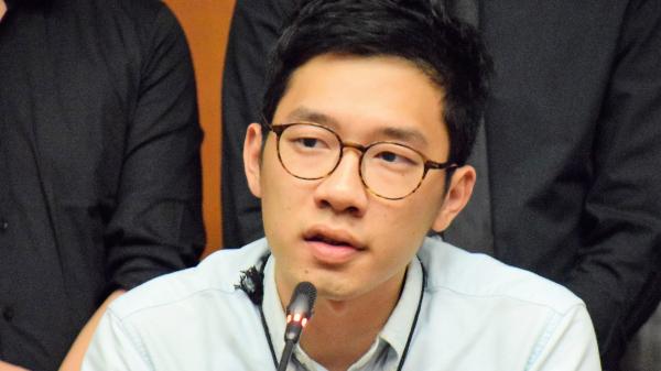 流亡英国的香港前立法会议员罗冠聪在脸书反驳前特首梁振英的讲法。(图片来源:公有领域)