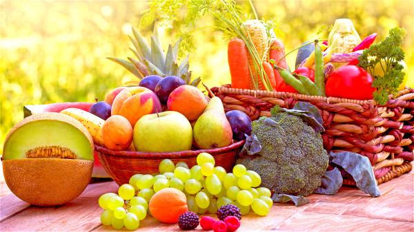 他們的餐桌上有許多蔬菜、水果,很少加工。