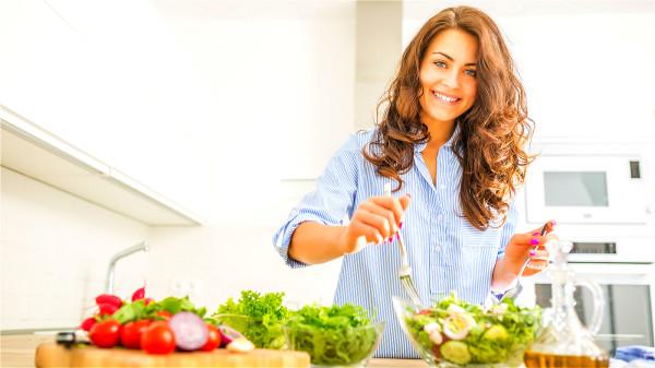 新鮮的橄欖油,可直接用於涼拌菜,例如生菜沙拉。