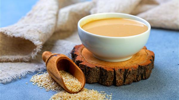 芝麻酱是补钙高手,有非常丰富的蛋白质以及多种维生素和矿物质。