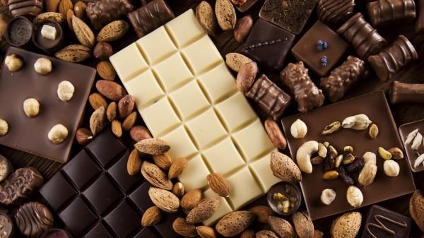经常吃零食会导致发胖。