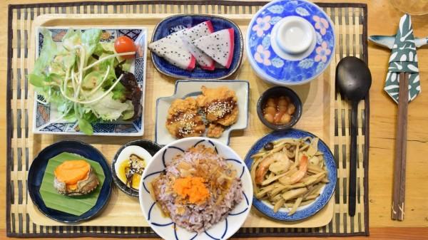 在饮食过程中要有节制,每顿饭吃到七八分饱即可。