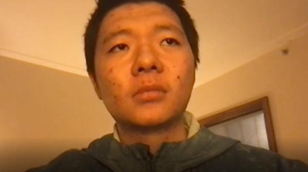 19歲重慶少年王靖渝主動與警方聯絡,諮詢自己究竟犯了什麼罪,結果警方接電話後,不是默不作聲,就是假裝信號不好聽不見。