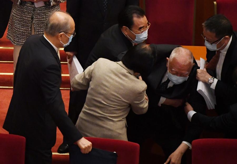 中共人大会议3月5日开幕,香港特区政府前行政长官董建华在离场时突然在台上跌倒。