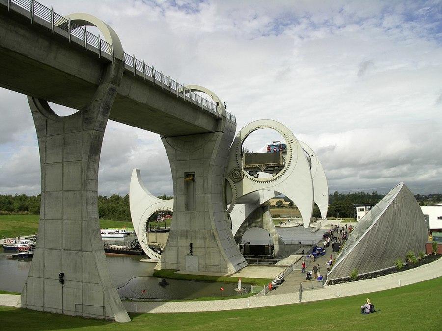 在运作中的福尔柯克轮。右边的楔形建筑是游客中心。