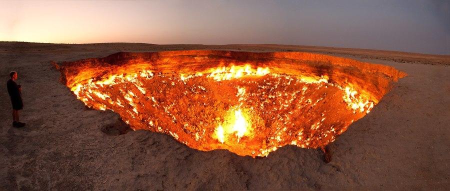 地狱之门是土库曼斯坦达瓦札的一处天然气田,其地面于1971年崩塌,形成天然气坑。
