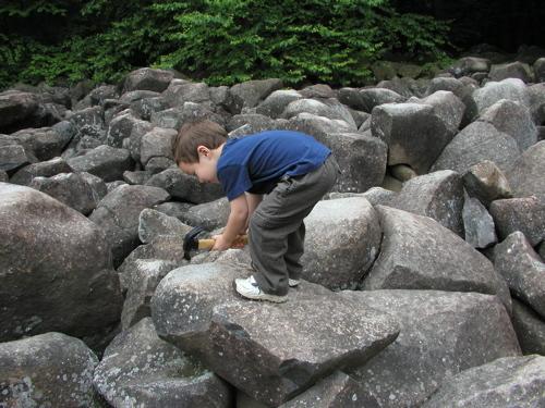 敲击响石公园的石头,它们会发出叮当声音,而且不同的岩石拥有不同的音调。