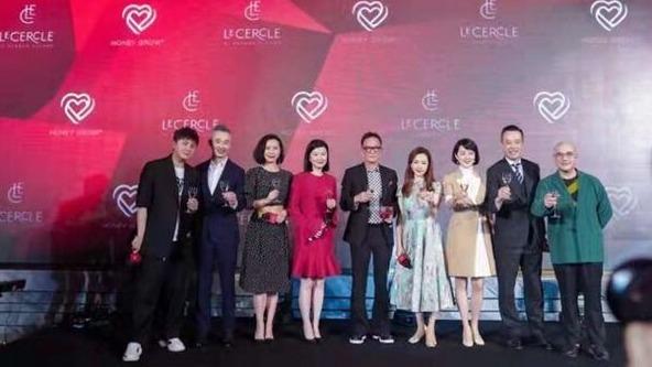 前上海首富周正毅在上海大办寿宴,上海官媒6名主持人出席。(图片来源:视频截图)