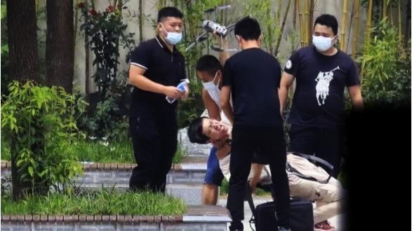 Sinh viên Đại học Tây An đã sử dụng máy bay không người lái để chụp ảnh trên không tại ga tàu điện ngầm Trịnh Châu Shakou và bị 4 đặc vụ mặc thường phục đánh đập (nguồn ảnh: Weibo của phóng viên Zhao Xiang)