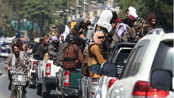 图为2021年9月2日,塔利班士兵的巡逻车巡视阿富汗首都喀布尔的街道。(