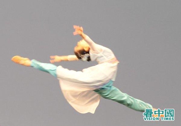 """2021""""第九届新唐人电视台全世界中国古典舞大赛""""获奖选手舞蹈表演中一景。(看中国/安子琪摄影)"""