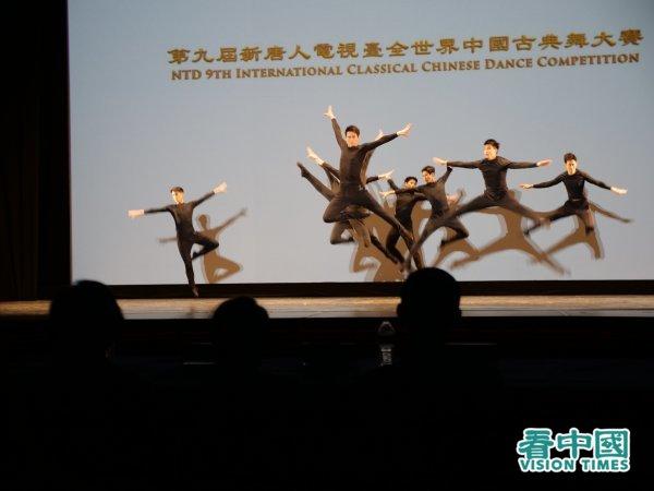 """2021""""第九届新唐人电视台全世界中国古典舞大赛""""青年组古典舞技巧展示一景。(看中国/安子琪摄影)"""